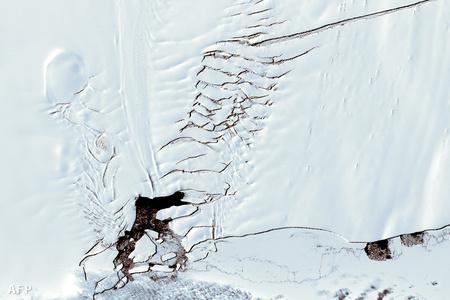 A gleccseren 2000 decemberében pár nap alatt 500 méteres repedés jelent meg