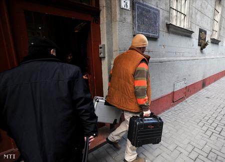 Egy nyomozó táskákkal távozik az Országos Cigány Önkormányzat (OCÖ) Dohány utcai székházából (Fotó: Kovács Tamás/MTI)