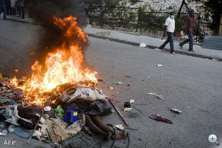 Holttesteket és szemetet égetnek a tiltakozók.