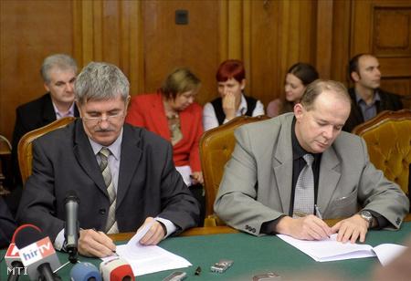 Kocsis István, a BKV Zrt. vezérigazgatója és Földényi György, a sztrájkbizottság elnöke aláírja a kollektív szerződésről szóló megállapodást