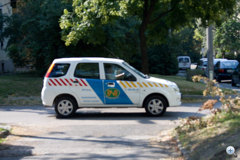 Életlen a kép, de pont jól adja a pszeudo-rendőr Ignis első benyomását. A fényhíd nélküli kocsi egy rádiós rendszereket (többek közt rendőrségieket) telepítő cégé
