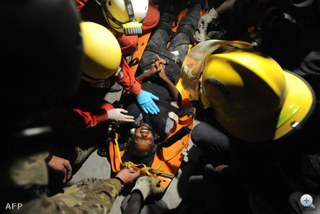 Francia mentőcsapat emel ki egy romok alatt élve talált nőt.