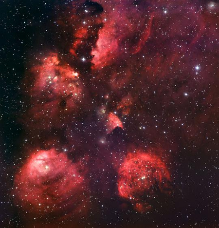 A Macskamancs-köd a 2,2 méteres MPG/ESO távcsövön üzemelő WFI (Wide Field Imager) műszerrel kék, zöld és vörös, valamint a hidrogén sugárzására érzékenyített szűrőkön keresztül készített felvételekből összeállított képen. (ESO)