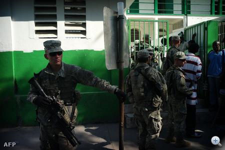 Ameriaki katonák biztosítanak egy kórházat