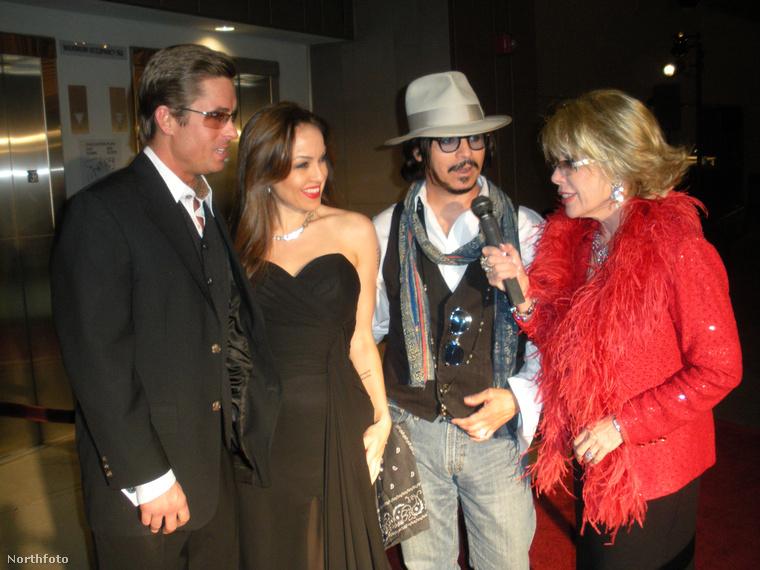 Van róluk kép, ahol Johnny Deppel és Joan Rivesszel pózolnak