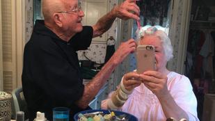 Íme egy idős pár szelfije az igaz szerelemről