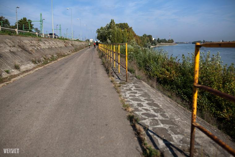 Széles bicikliút visz tovább dél felé.