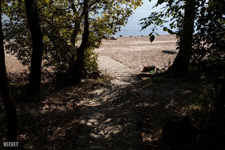Tovább az út mentén apró ösvények vezetnek le egészen a vízig.