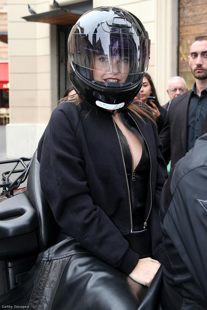 Palvin Barbara a párizsi L'Oreal-bolt megnyitójára érkezett ebben a dekoltált bőrszerkóban...