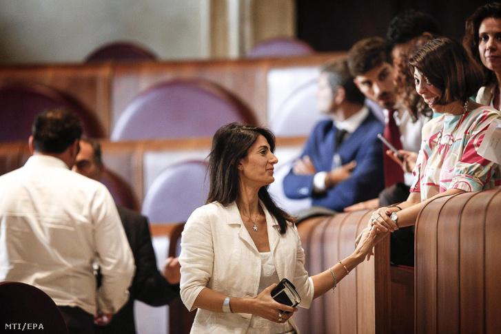 Virginia Raggi, Róma polgármestere (k) a városi tanács ülése után 2016. szeptember 29-én