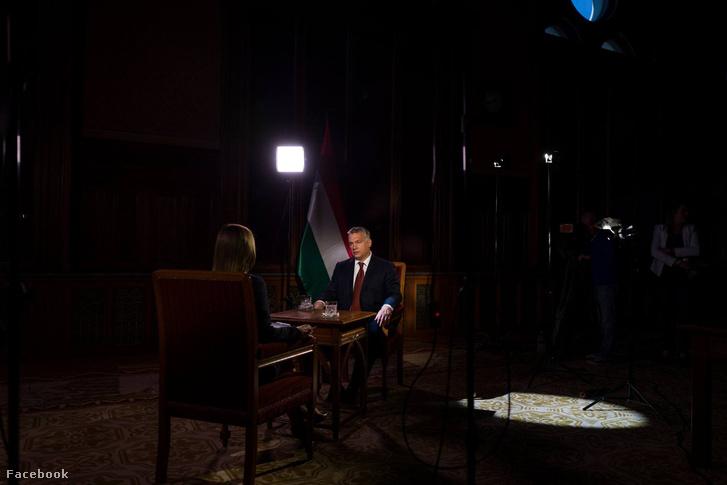 Egy fotó Orbán Viktor Facebook-oldaláról, az M1-nek adott exkluzív interjújának felvételéről.