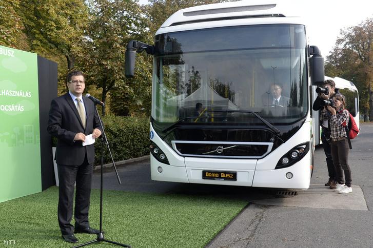 Seszták Miklós nemzeti fejlesztési miniszter beszédet mond a Budapesten hamarosan forgalomba álló 28 darabos hibrid csuklósautóbusz-flotta első járművének bemutatóján a Budapest Kongresszusi Központ előtt 2014. október 5-én.