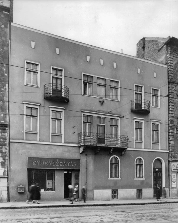 Alkotás utca 1/b.Miközben új iparjogosítványokat alig adtak ki, a régi, '45 előtti kisiparosok közül többen megtarthatták az engedélyüket. Főleg Budapesten maradt meg viszonylag sok régi mesterember. Vidéken az államosítás is durvább volt, arról nem beszélve, hogy ott tragikus módon sokszor már nem volt kit államosítani. A háború előtt a kiskereskedő, kisiparos réteg durván fele zsidó származásúakból állt, közülük vidéken nagyon kevesen maradtak meg a holokauszt után.