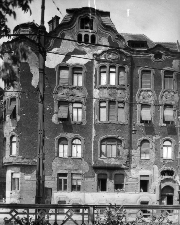 Alkotás utca 7/a a Déli pályaudvarról nézve, balra a Schwartzer Ferenc utca