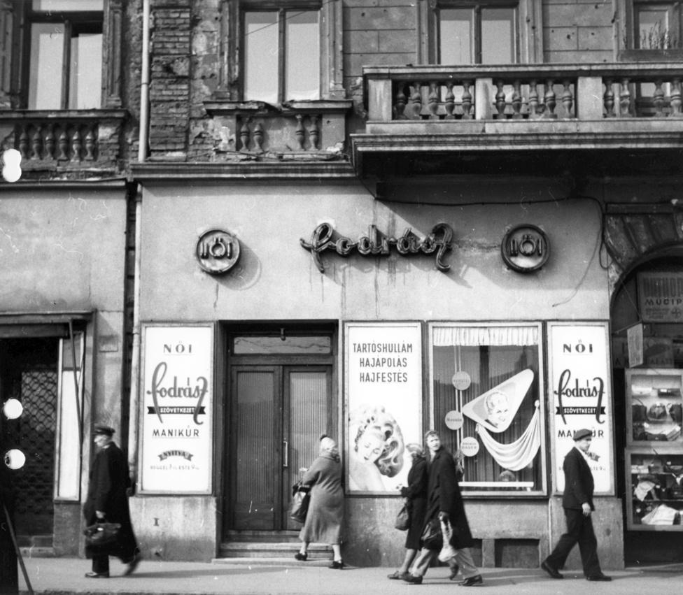 """Alkotás utca 1/a.Közülük sokan rögtön a rendszer által favorizált szövetkezetek valamelyikében folytatták az ipart. Hozták magukkal a régi kuncsaftokat, """"a különbség jószerével annyi volt, hogy már nem Jucikához mentek varratni vagy Kovács úrhoz öltönyt csináltatni, hanem a Szabók Minőségi KTSZ-be""""."""
