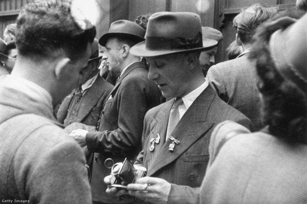 A teddy boyok fontos előképe, a spiv: így hívták a háború alatti és utáni zűrzavaros időszakban a feketepiacon ügyeskedő, általában jellegzetes eleganciával öltözködő sefteseket, akik jellemzően tizenévesnél idősebb, felnőtt férfiak voltak. Miután az ötvenes évek elején fokozatosan megszűnt a jegyrendszer Nagy-Britanniában, a spivek is eltűntek, de örökségül hagyták az elegáns, külvárosi vagány képét, amit a teddy boyok igyekeztek magukévá tenni. Sőt, az újságok gyakran tévesen spivnek nevezték a teddy boyokat is.