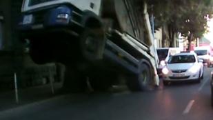 Egy fa, egy teherautó és a karma találkozott Miskolcon