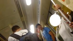 Ezzel a fiatalemberrel biztos, hogy nem szeretne egy metrón utazni