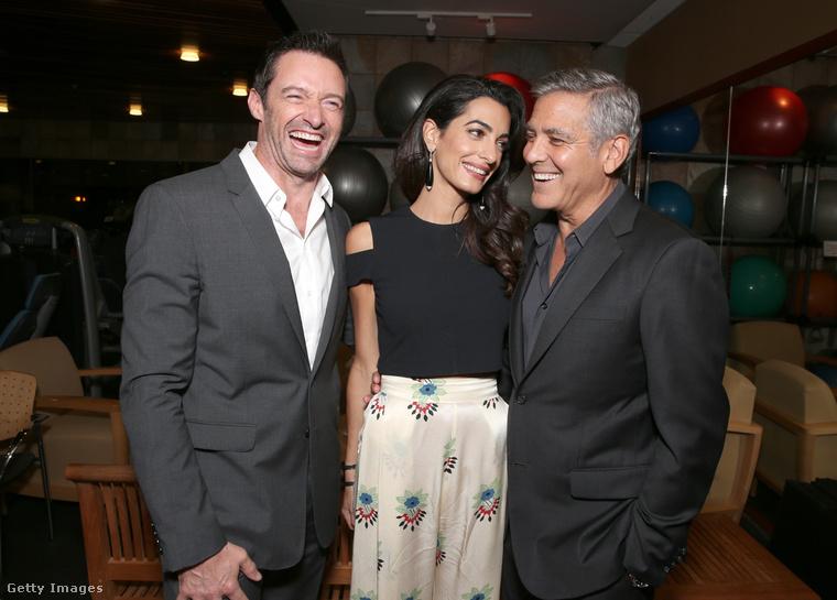 Amal Clooney egy szerelmes pillantással fokozza a fokozhatatlant.