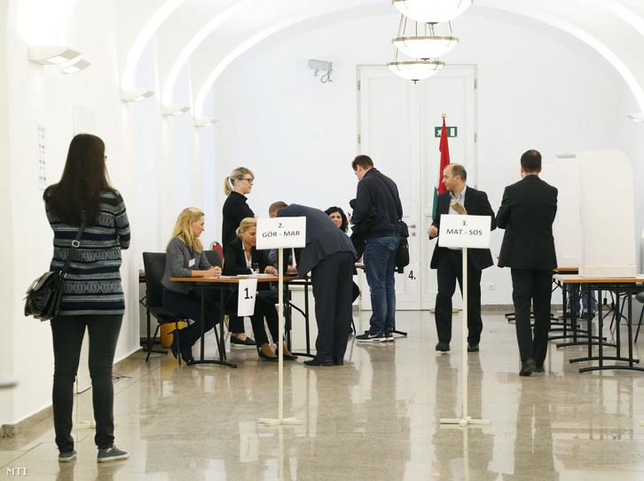 Szavazók a bécsi magyar nagykövetségen kialakított szavazókörben a kvótareferendum napján 2016. október 2-án.