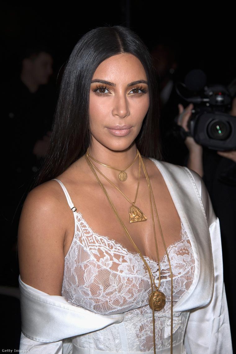 Ez még az incidens előtt történt: Kim Kardashian a párizsi divathetek 2017-es tavaszi/nyári kollekciójának bemutatóján