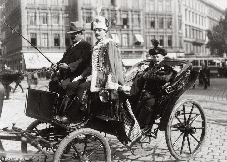 Bárczy István egy lovaskocsin