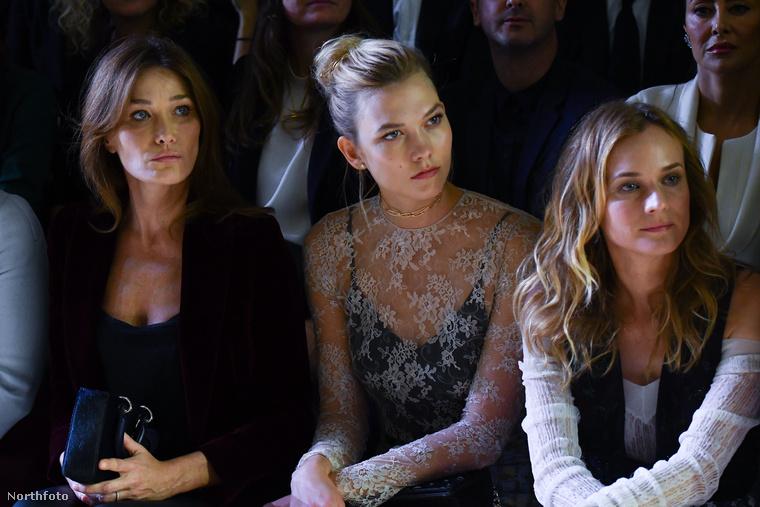 Itt kivételesen egy modell, Karlie Kloss is a nézők soraiban ült, mellette Diane Krugerrel, illetve Carla Brunival, Nicolas Sarkozy feleségével.