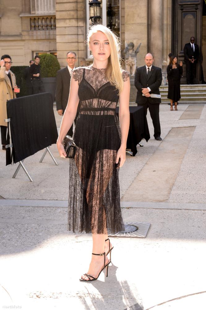 Ellentétben Dakota Fanninggel, aki a mostanában divatos teljesen átlátszó, csiperuha mellett döntött.