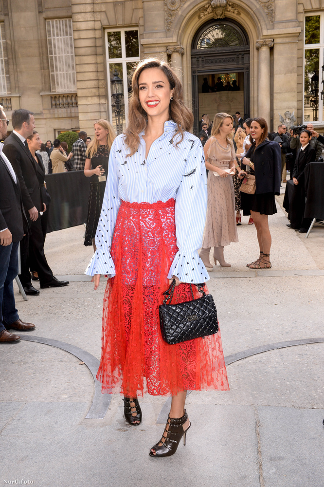 Jessica Alba öltözékéről egy több száz oldalas esszét is lehetne írni, de az most ide sajnos nem fér ki, úgyhogy inkább csak nézegesse.