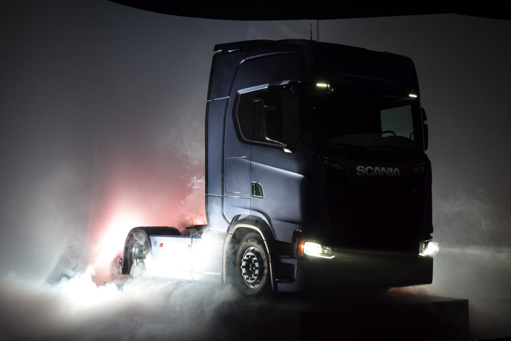 Látványos fényjáték keretében leplezték le az új Scania S szériát