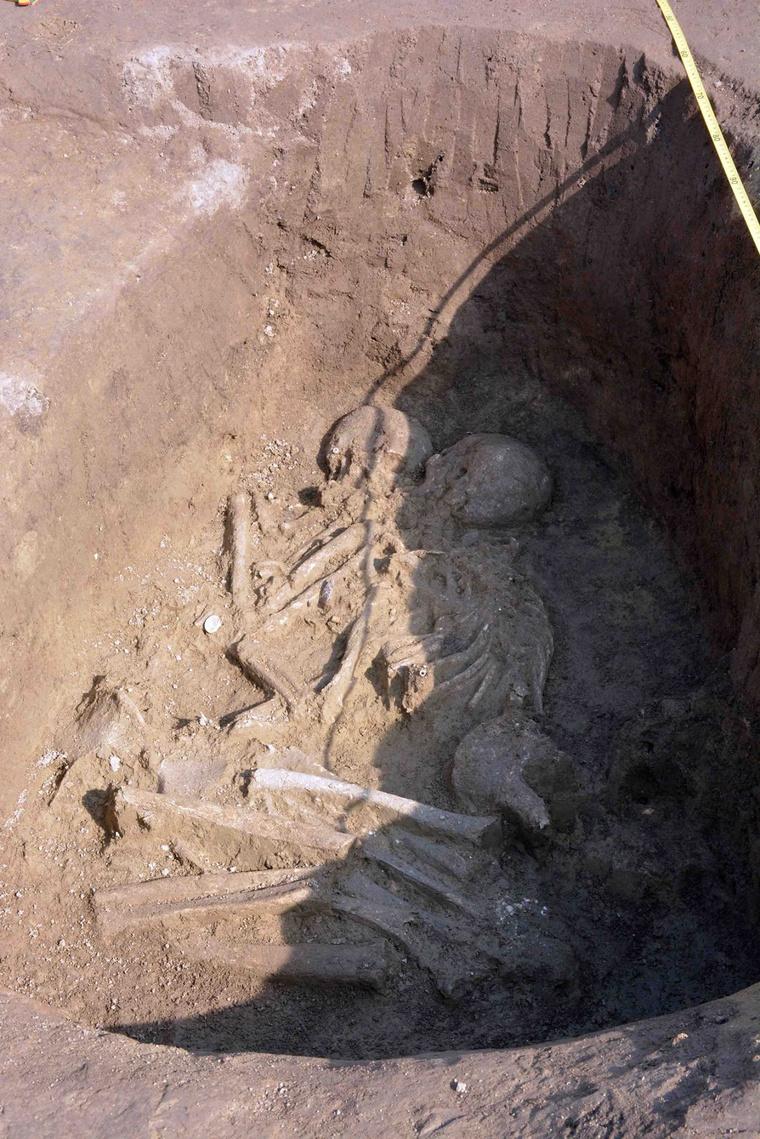 A pár legalább 5 ezer éve nyugodott egymás mellett háborítatlanul, a napokban egy munkagép emelte ki őket a földből.