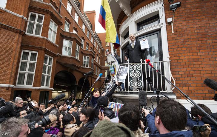 Julian Assange ecuadori nagykövetség erkélyén tart sajtótájékoztatót Londonban, 2016. február 5-én.
