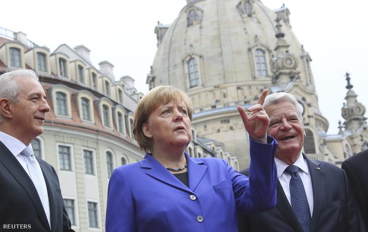 Stanislaw Tillich a Bundesrat elnöke, Angela Merkel német kancellár és Joachim Gauck államfő a központi ünnepségen Drezdában 2016. október 10-én.