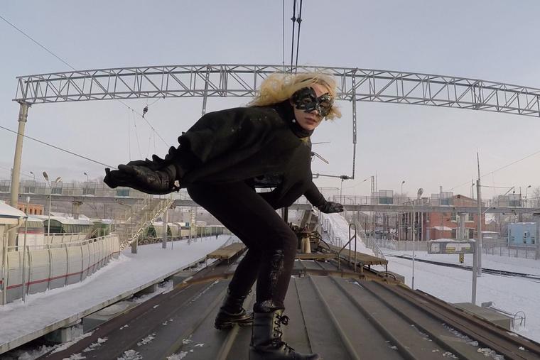 Kobzarro Batgirlnek öltözve hódolva szenvedélyének