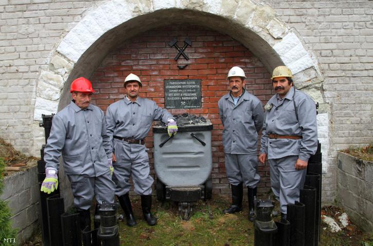 2011. november 25. Bányászok várakoznak az ünnepség kezdetére hogy lebontsák a farkaslyuki bánya legnagyobb nyitópontját tárnáját elzáró falat és ezzel jelképesen újra megnyissák a húsz éve lezárt Gyürky-tárót ami a borsodi bányászat újraindulását jelentheti. Két éve folynak az előkészítő munkálatok az Ózdi Szénbányák Zrt. mostanra minden engedélyt megkapott a Miskolci Bányakapitányságtól és a jövő esztendőben megkezdődhet a feltárás és a termelés előkészítése.