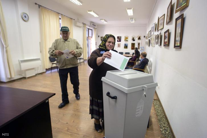 Egy nő leadja levélszavazatát a kolozsvári magyar főkonzulátuson 2016. szeptember 28-án. Az erdélyi városban a magyarországi lakcímmel nem rendelkező választópolgároknak a kvótareferendumra leadott szavazatait gyűjtik.