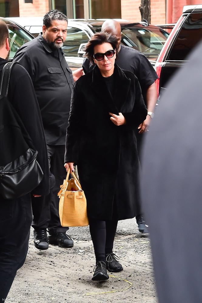 Anyja, Kris Jenner is ott volt a lánya hazatérésénél.