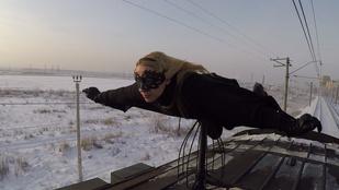Ez a lány csak vonatok tetején, Batgirlként szörfözve érzi jól magát