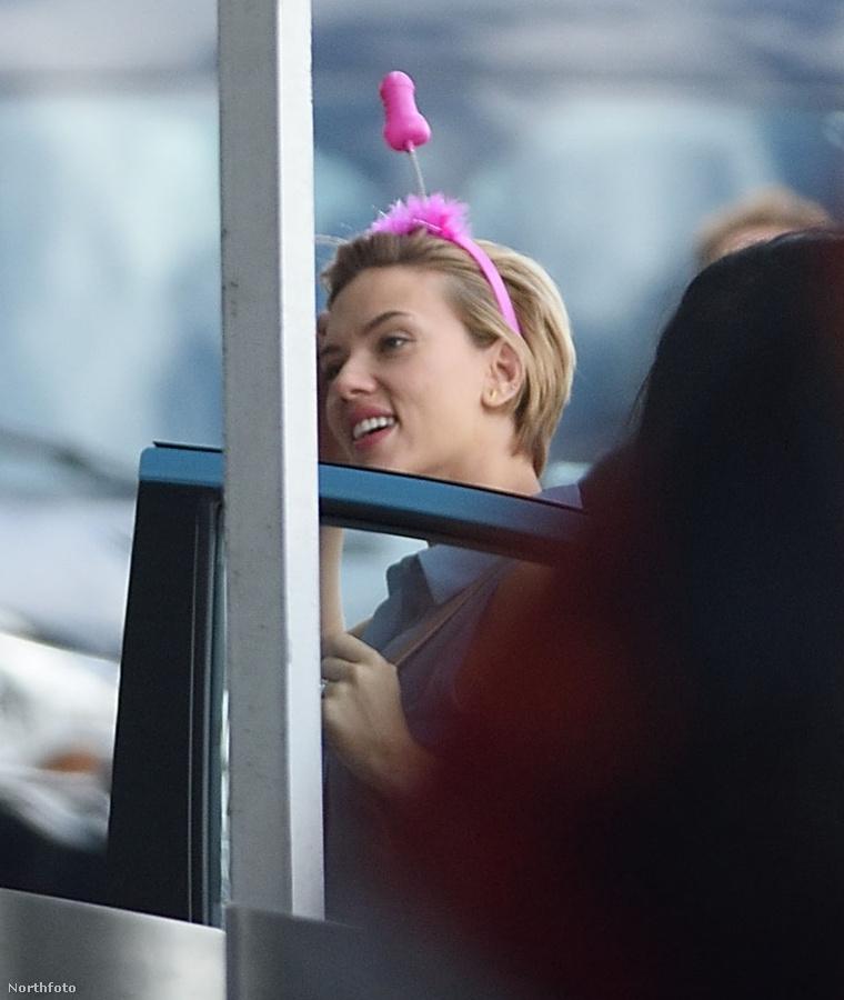 Scarlett és a lila péniszagancs.