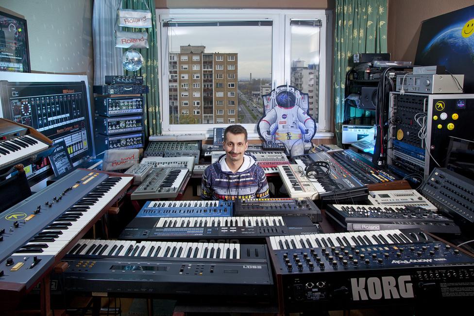 Zoli ismertebb  dj nevén Galactic Jackosn egy luxushotel alkalmazottja. lakása tele van ritka szintetizátorokkal és még ritkább LP-kel. Neki van az egyik legnagyobb szinti gyűjteménye hazánkban. A 90-es évek elektronikus zenéje nagy hatással volt rá és a legendás szintik és dobgépek gyűjtésével beteljesítette gyerekkori álmát.