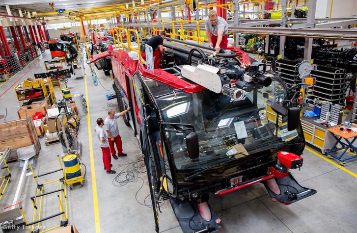 Modern tűzoltóautót szerelnek össze az ausztriai Leondingben. Az osztrák Rosenbauer International a világ második legnagyobb tűzoltóautó-gyártója.