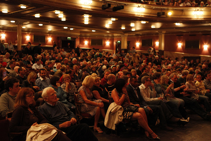 színház közönség