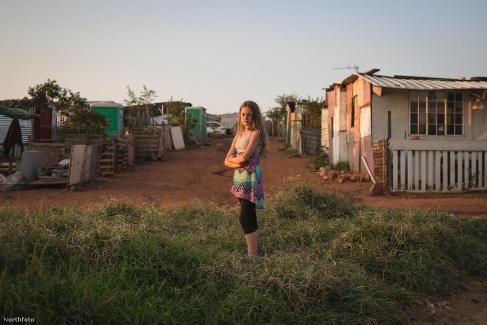 Szociális munkások arra is felhívták a figylemet, hogy a Johannesburg mellett squatoló fehérek nyomora meg sem közelíti a fekete bádogvárosokét, ahol tizen osztanak meg egy szobát. Még az olyan százezres településeken, mint a Cape Town melletti Khayelitsha sem sikerült teljesen megoldani az ivóvízellátást és nem sikerült felszámolni a napi rutinná váló éhezést.  Ezekben a bádogvárosokban ráadásul összesen 1,6 millióan, tehát negyvenszer annyian laknak, mint a fehér telepeken.