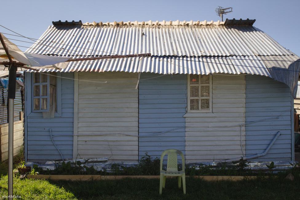 Munsieville-ben 200 ember él  ilyen sufniban; csak minden második házra jut egy mobilvécé, és a telepen összesen hat ivóvizes kút található. De Dél-Afrikáról lévén szó, legalább a fűtés miatt nem kell aggódni.