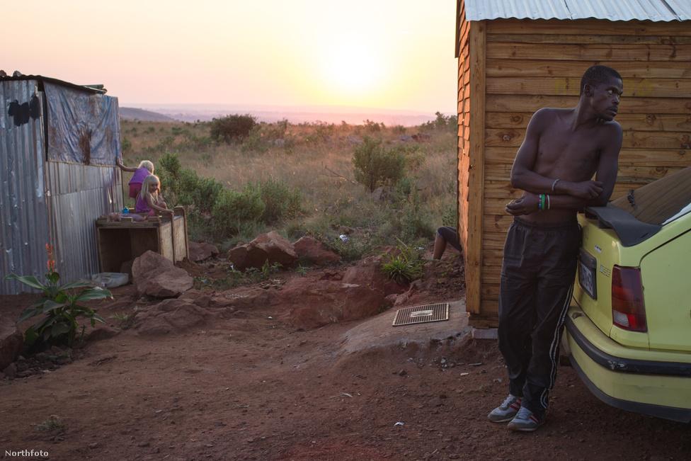 A nyomor sokszor jelenik meg a faji/etnikai probléma álruhájában. De a dél-afrikai fehér gettók faji értelemben nem számítanak gettónak, nem számít ritkaságnak a fekete szomszédság. Korábban a rendőrök elvitték a közismerten fehér telepekről a színes bőrű embereket, de olyan sok szegény vándorolt ki a városokból, hogy egy idő után nem törődtek velük.