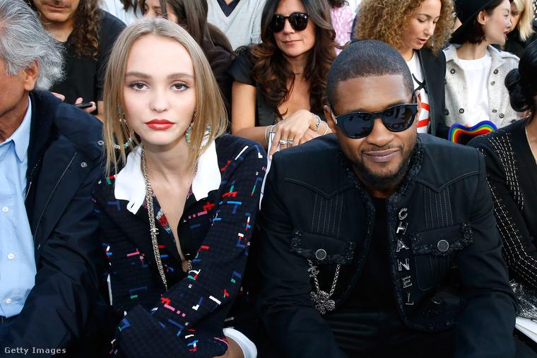 Lily-Rose Depp még Usherrel is találkozott, és ha már találkoztak, együtt nézték végig a Chanel 2017-es tavaszi-nyári kollekciójának bemutatóját