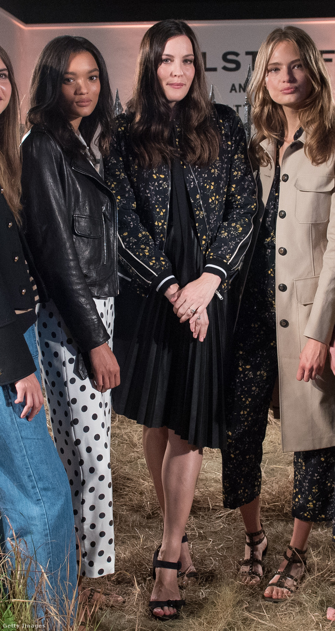 Liv Tyler sem bulizni jár mostanában, hanem dolgozni: az idei londoni nemzetközi divathéten például a Belstaff bemutatóján mutatta meg magát, na meg persze a divatcég legújabb kollekcióját