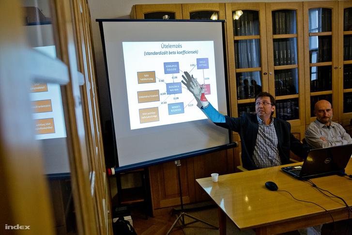 """Boda Zsolt, H. Szilágyi István a """"A magyar lakosság jogtudata – elméleti és empirikus elemzés"""" című tudományos konferencián"""
