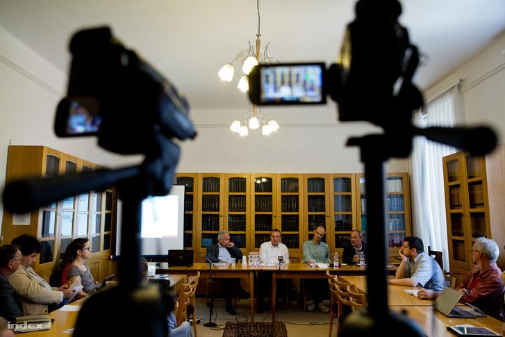 """Hunyady György, Gajduschek György, Fleck Zoltán, Szabó Miklós a """"A magyar lakosság jogtudata – elméleti és empirikus elemzés"""" című tudományos konferencián"""