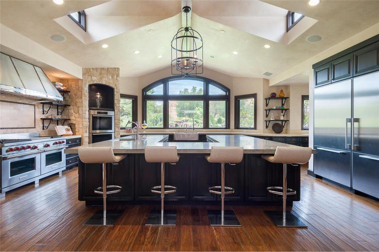 A konyha se gyenge azzal a két tűzhellyel és a hatalmas U alakú pulttal.